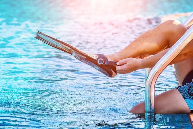 Młody atletyczny mężczyzna jest ubranym płetwy basenem