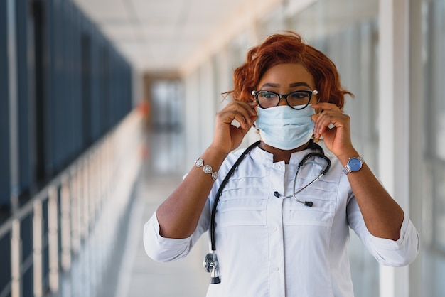 Młody atrakcyjny afrykański lekarz z maską