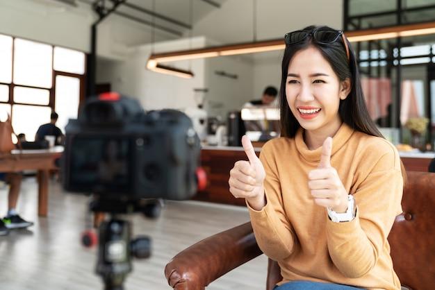 Młody atrakcyjny azjatykci kobieta blogger, vlogger lub