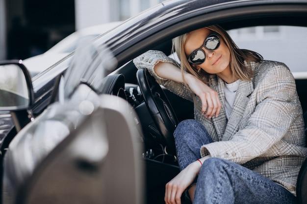 Młody atrakcyjny kobiety obsiadanie w samochodzie