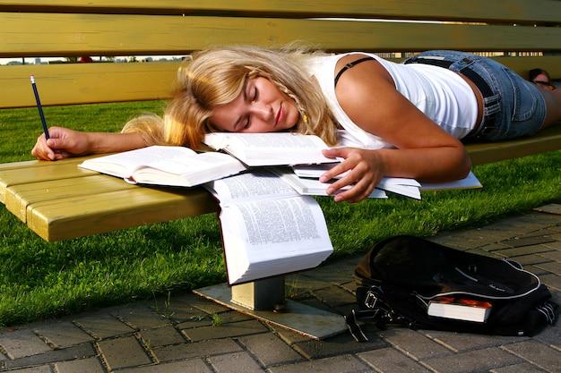 Młody atrakcyjny uczeń czyta książkę