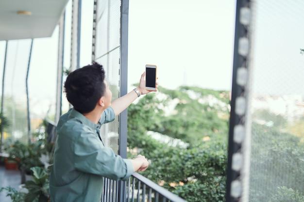 Młody azjata robi selfie