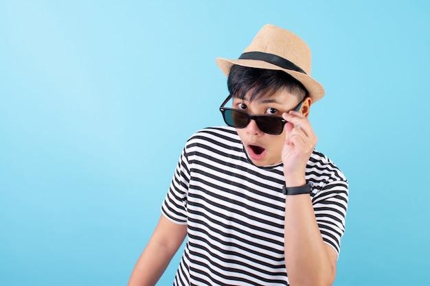 Młody azjata w koszulce był zszokowany i podekscytowany tą wyprzedażą wraz z czarnymi okularami przeciwsłonecznymi