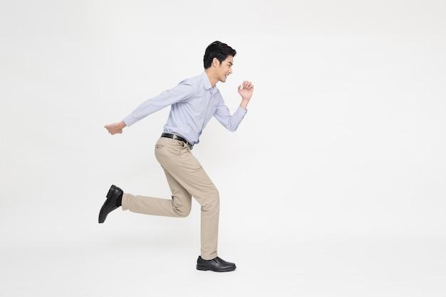 Młody azjatycki biznesmen biegnący do przodu na białym tle