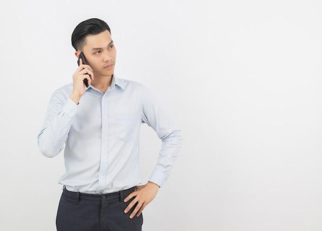 Młody azjatycki biznesmen robi rozmowie telefonicza