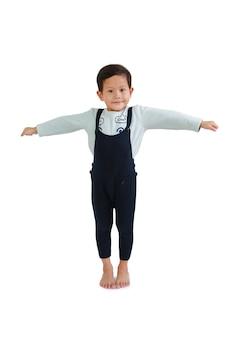 Młody azjatycki chłopiec dziecko w dorywczo z otwartymi ramionami na białym tle. obraz ze ścieżką przycinającą