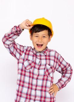 Młody azjatycki chłopiec w kapeluszu budowlanym