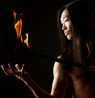 Młody azjatycki człowiek z pokazem ognia