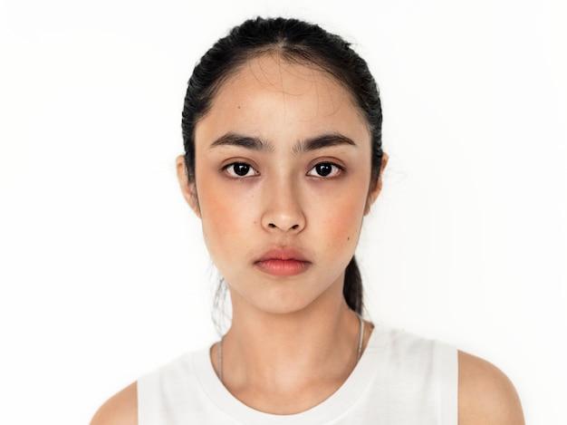 Młody azjatycki dziewczyna portret odizolowywający