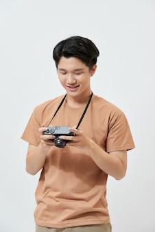Młody azjatycki fotograf w brązowej koszulce