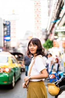Młody azjatycki kobieta podróżnik z widokiem przy china town w bangkok, tajlandia