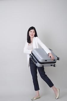 Młody azjatycki kobieta turysta z bagażem podróżować