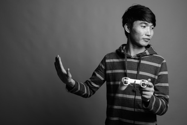 Młody azjatycki mężczyzna nosi bluzę w paski