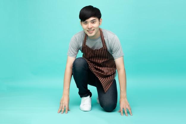 Młody azjatycki startupista-barista mężczyzna w pozycji wyjściowej