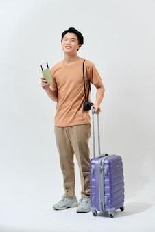 Młody azjatycki turysta w brązowej koszulce