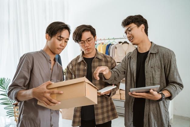 Młody azjatykci biznesmen gawędzi o ich pakuje produkcie