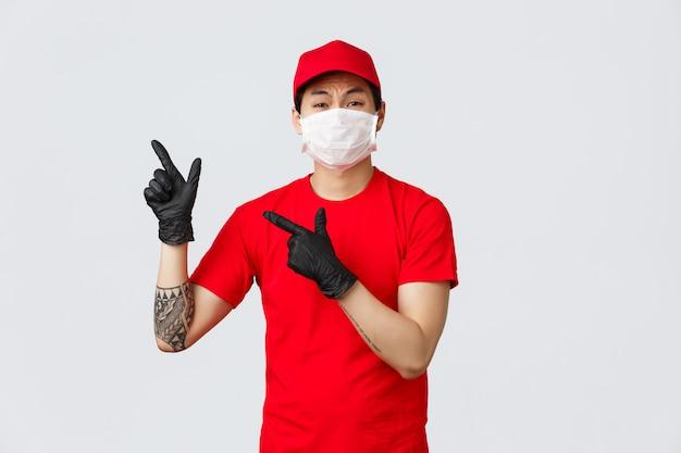Młody azjatykci doręczeniowego mężczyzna punktu palec