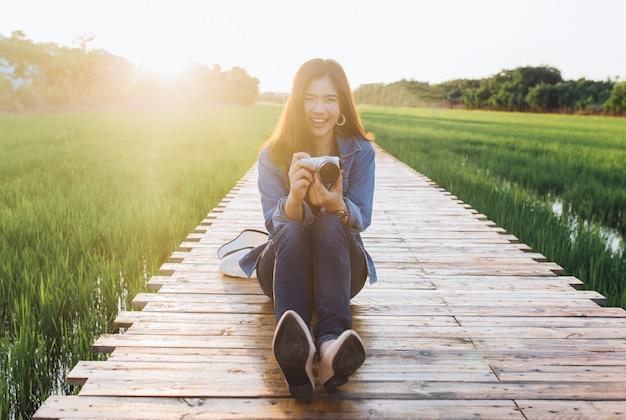 Młody azjatykci kobiety ono uśmiecha się.