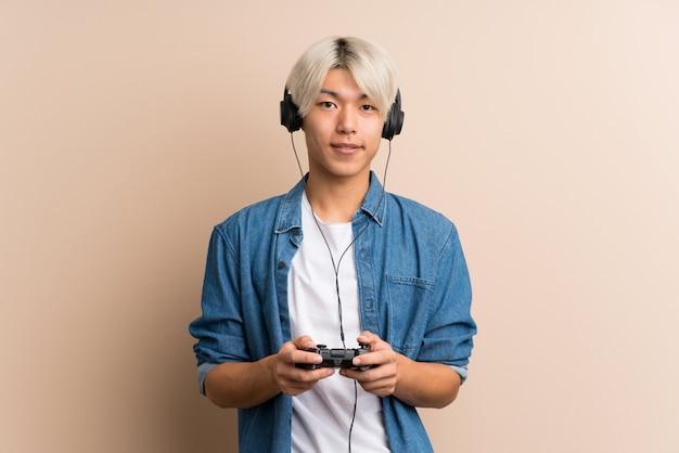 Młody azjatykci mężczyzna nad odosobnionym bawić się przy gra wideo