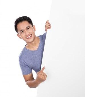 Młody azjatykci mężczyzna trzyma pustego sztandar