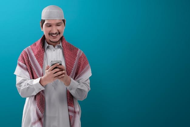 Młody azjatykci muzułmański mężczyzna