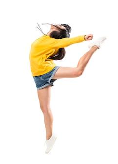 Młody azjatykci tancerz nad odosobnioną biel ścianą