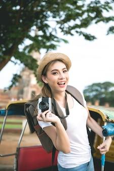 Młody azjatykci żeński podróżnik podróżuje ayutthaya prowincję z plecakiem, tajlandia