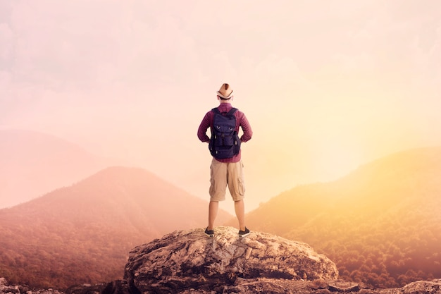 Młody backpacker cieszący się widokiem na dolinę