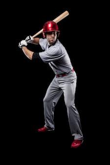 Młody bejsbolista z czerwonym hełmem
