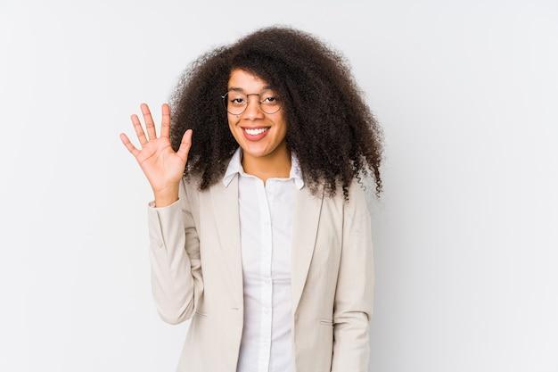 Młody biznes african american kobieta uśmiecha się wesoły pokazując numer pięć palcami.