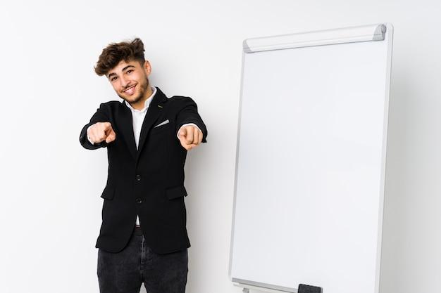 Młody biznes coaching arabski człowiek wesoły uśmiecha się do przodu.