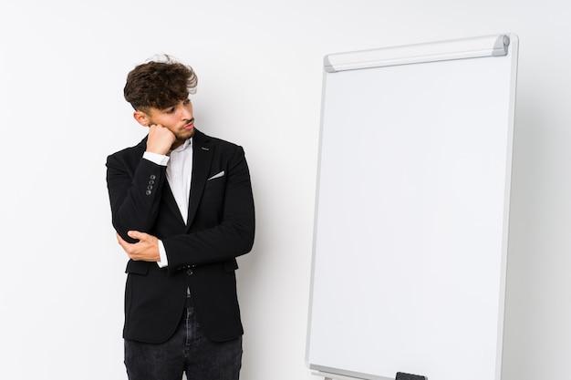 Młody biznes coaching arabski mężczyzna, który czuje się smutny i zadumany, patrząc na miejsce.