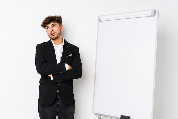 Młody biznes coaching arabski mężczyzna zmęczony powtarzalnym zadaniem.