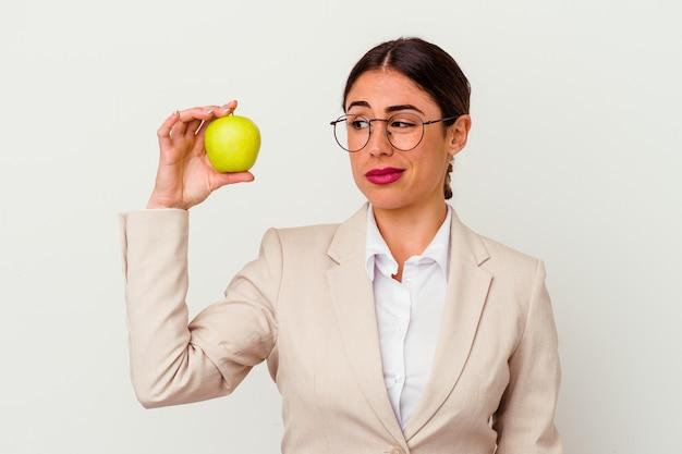 Młody biznes kaukaski kobieta jedzenie jabłka na białym tle