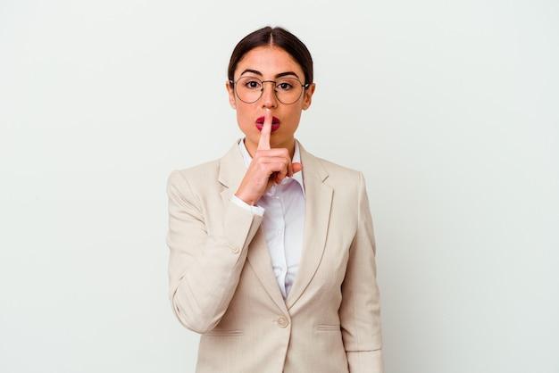 Młody biznes kaukaski kobieta na białym tle na białym tle zachowując tajemnicę lub prosząc o ciszę.