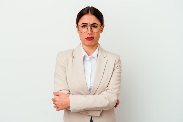 Młody biznes kaukaski kobieta na białym tle niezadowolony patrząc w kamerę z sarkastycznym wyrazem.