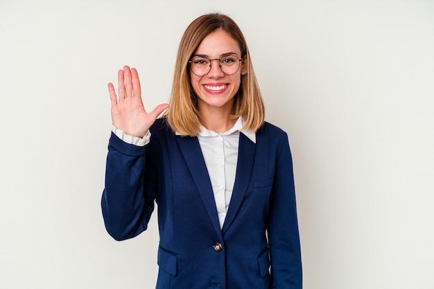 Młody biznes kaukaski kobieta na białym tle uśmiechnięty wesoły pokazując numer pięć palcami.