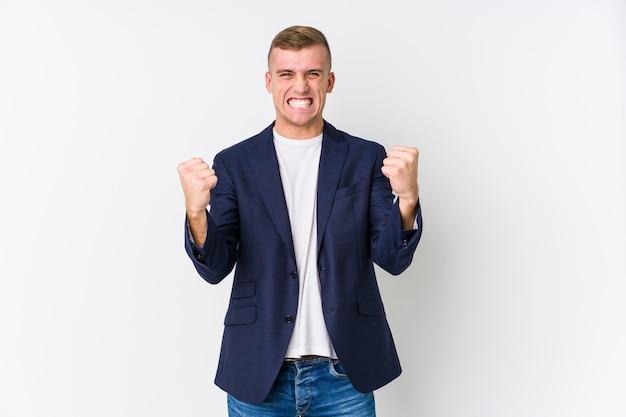 Młody biznes kaukaski mężczyzna doping beztroski i podekscytowany. koncepcja zwycięstwa.