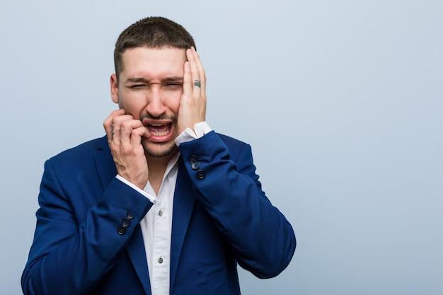 Młody biznes kaukaski mężczyzna marudzenie i płacz żałośnie.