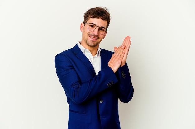Młody Biznes Kaukaski Mężczyzna Na Białym Tle Na Białej ścianie Czuje Się Energiczny I Wygodny, Pocierając Ręce Pewnie. Premium Zdjęcia