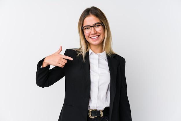 Młody biznes kobieta kaukaski osoba wskazując ręcznie na przestrzeni kopii koszuli