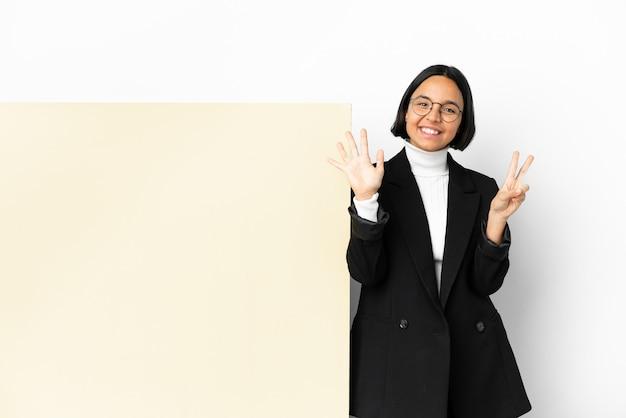Młody biznes kobieta rasy mieszanej z dużym sztandarem na białym tle licząc siedem palcami