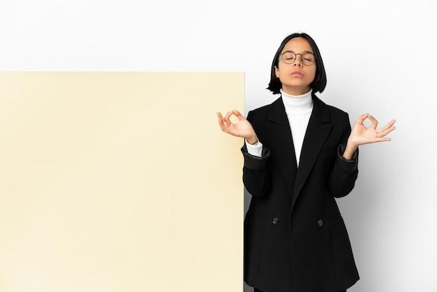 Młody biznes kobieta rasy mieszanej z dużym sztandarem na białym tle w pozie zen