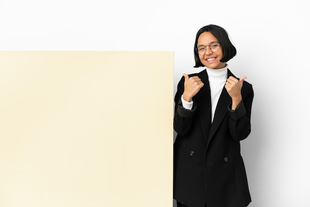 Młody biznes kobieta rasy mieszanej z dużym sztandarem na białym tle z kciuki do góry gest i uśmiechnięty