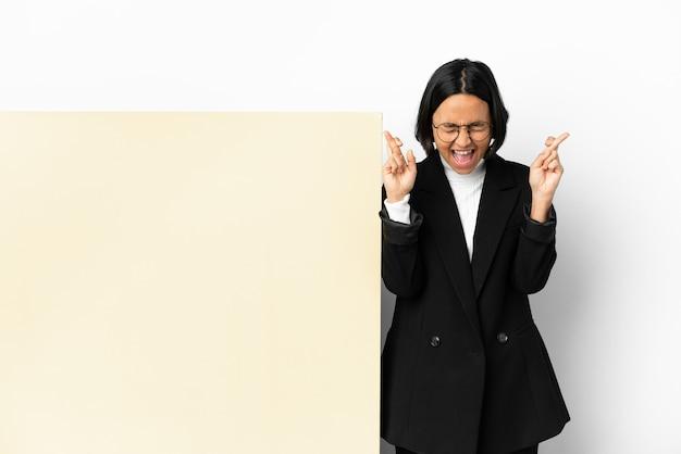 Młody biznes kobieta rasy mieszanej z dużym sztandarem na białym tle z skrzyżowanymi palcami