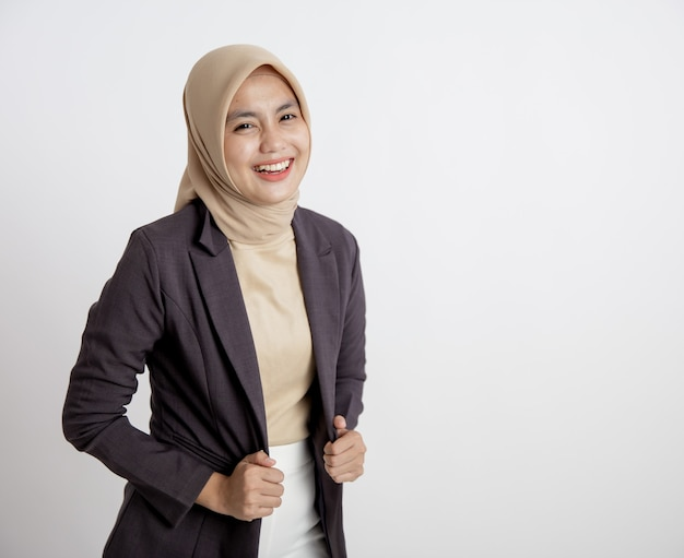 Młody biznes kobieta wesoły gotowy do pracy, ręka trzyma garnitury koncepcja pracy biurowej na białym tle