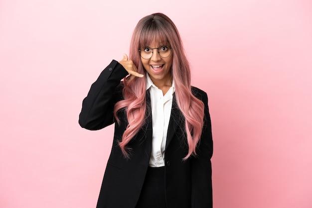 Młody biznes mieszanej rasy kobieta z różowymi włosami na białym tle na różowym tle co telefon gest. oddzwoń do mnie znak