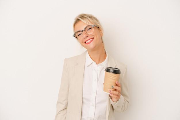 Młody biznes rosjanka gospodarstwa zabrać kawę na białym tle szczęśliwy, uśmiechnięty i wesoły.