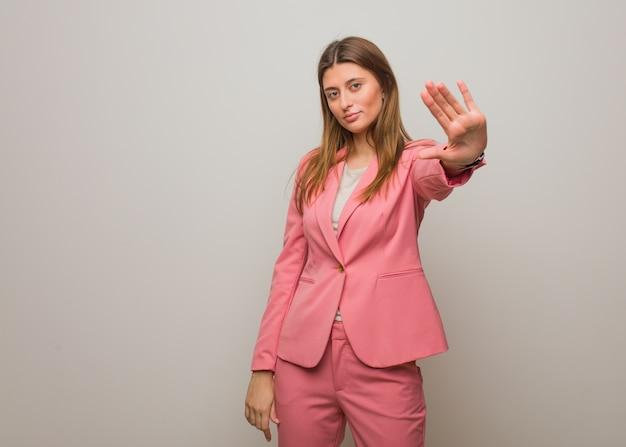 Młody biznes rosyjski dziewczyna kładzie rękę z przodu