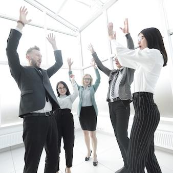 Młody biznes zespół trzymając się za ręce